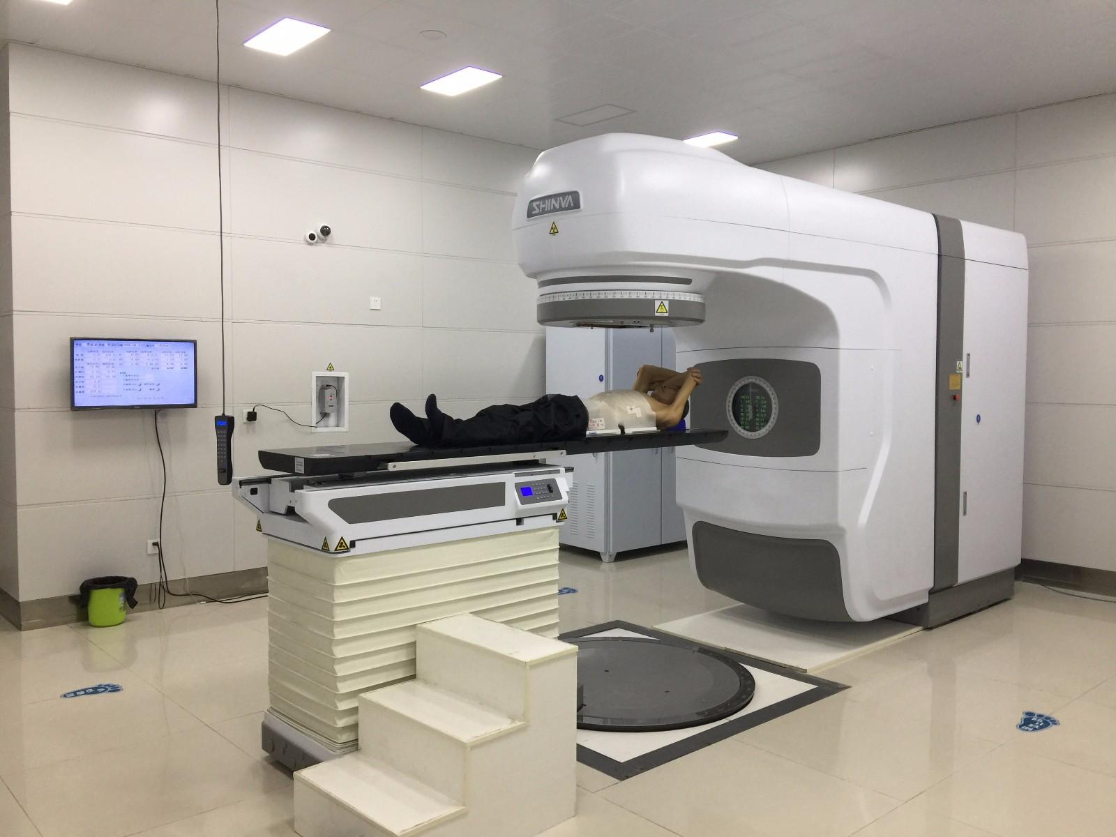 直线加速器进行放射治疗.jpg